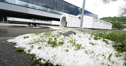 Am Tag nach einem Unwetter liegen noch Hagelkörner vor dem Impfzentrum in Tübingen.