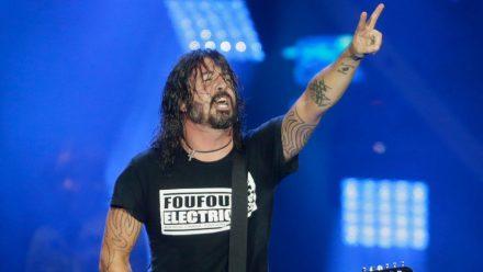 Sänger Dave Grohl freut sich mit den Foo Fighters über ein volles Haus. (hub/spot)