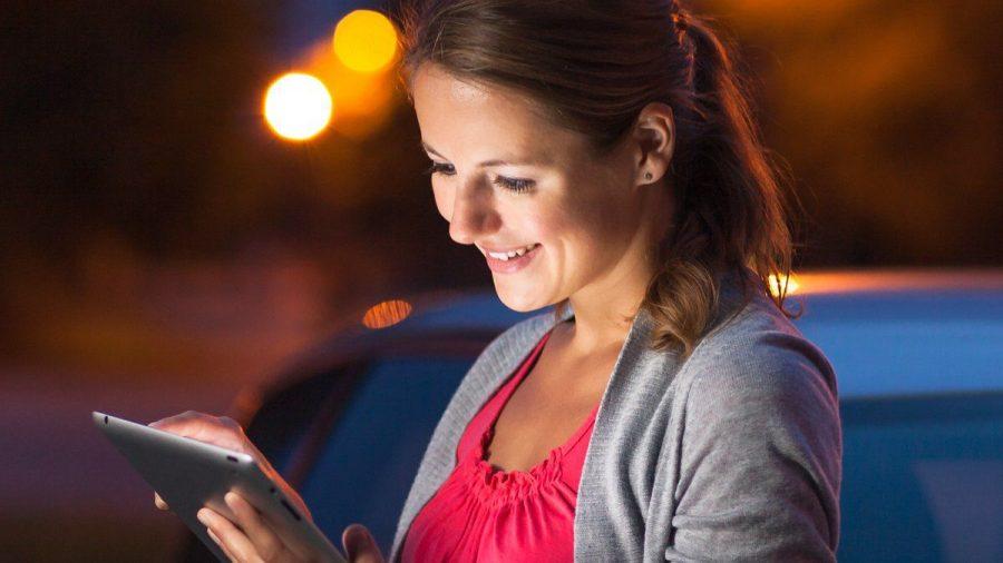 Wer Apps nutzt, die die Sicherheit im Verkehr steigern, sollte das nicht während der Fahrt machen. (elm/spot)