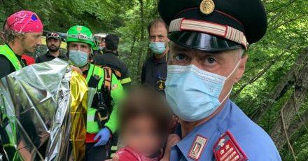 Gut ausgegangen: Ein Carabinieri hält den kleinen 21 Monate alten Jungen im Arm.