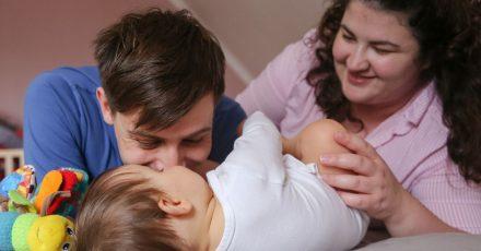 Kleine Kinder stellen das Leben ihrer Eltern erst einmal auf den Kopf. Damit sich Vater und Mutter frei von Arbeit um den Nachwuchs kümmern können, gibt es das Elterngeld.