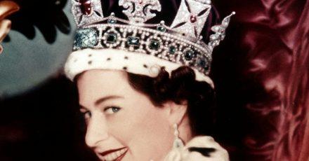 Königin Elizabeth II. nach ihrer Krönung 1953 in der Westminister Abbey.