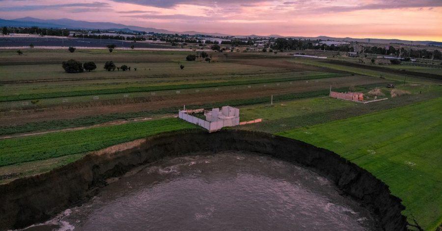Auf einem Feld in Zentralmexiko hat sich ein großer mit Wasser gefüllter Krater aufgetan.  Das einzige Haus in der Nähe sei gefährdet.