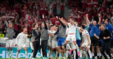 Die dänischen Kicker feiern nach dem Spiel.