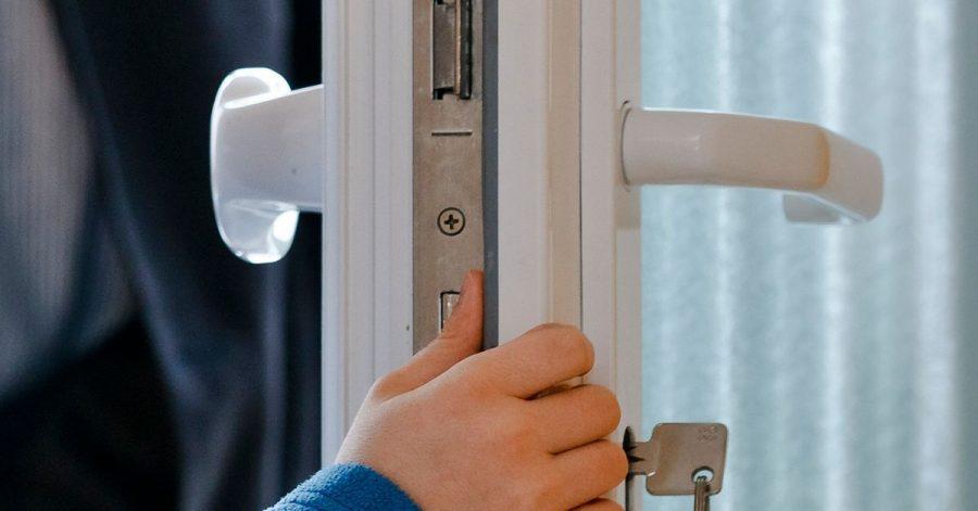 Geraten kleine Kinderfinger zwischen Tür und Rahmen, drohen ernsthafte Verletzungen.