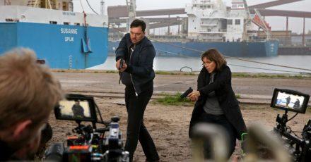 Charly Hübner als Hauptkommissar Alexander Bukow und Anneke Kim Sarnau als Profilerin Katrin König proben bei Dreharbeiten der Folge des «Polizeiruf 110» mit dem Titel «Im Schatten» im Seehafen eine Szene.