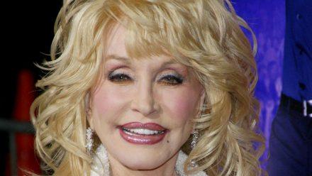 So sieht Dolly Parton auf dem roten Teppich aus - und wenn sie ins Bett geht. (mia/spot)