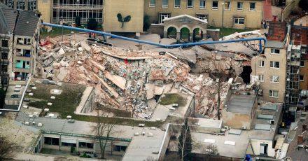 Trümmer liegen an der Stelle, an der sich zuvor das Kölner Stadtarchiv befand (2009).