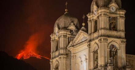 Der Ätna auf Sizilien spuckt wieder Lava.