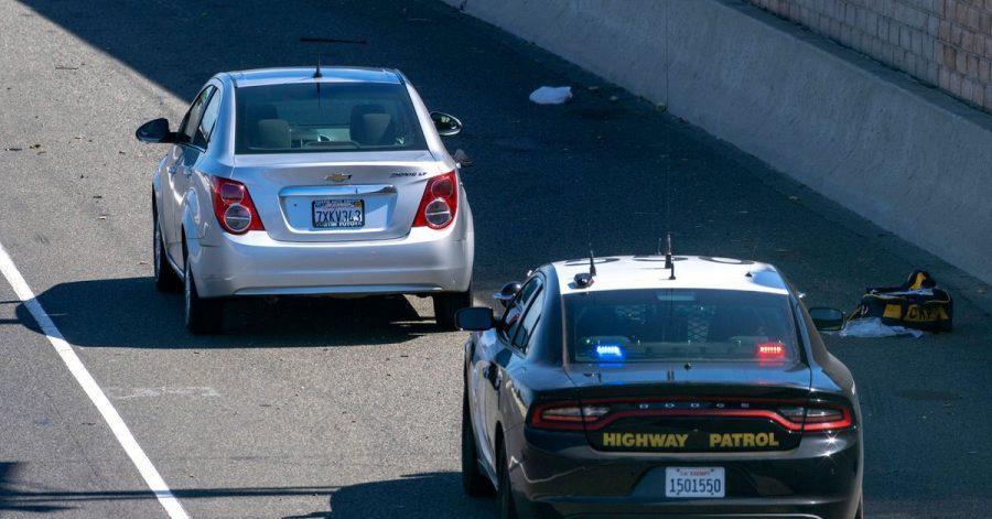 Ein Chevrolet Sonic (l.) am 21. Mai auf dem Seitenstreifen des Freeway 55 in Orange, nachdem Schüsse gefallen waren.