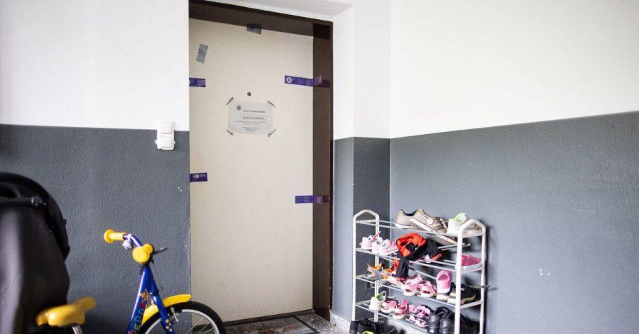 Siegel der Polizei hängen an einer Wohnungstür in einem Wohnhaus. Eine damals 27 Jahre alte Mutter soll hier fünf Kinder umgebracht haben.