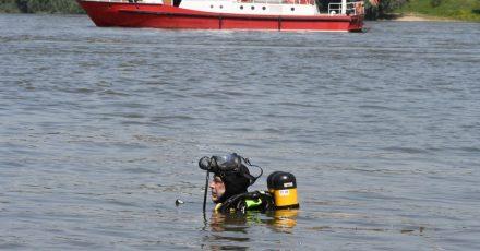 Ein Taucher der Feuerwehr sucht nach den zwei vermissten Mädchen.