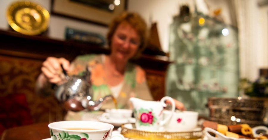 Geschirr mit der Ostfriesischen Rose steht bei einer Teezeremonie im Bünting Teemuseum auf einem Tisch.