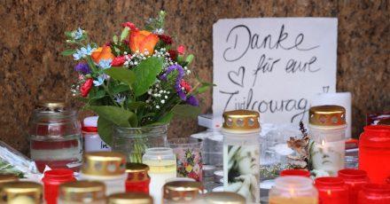 """""""Danke für eure Zivilcourage"""" ist auf einem Schild vor einem geschlossenen und abgesperrten Kaufhaus in der Würzburger Innenstadt zu lesen."""