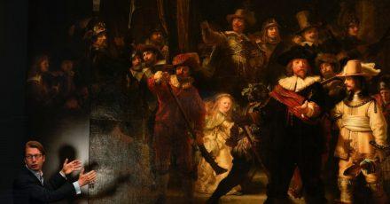 Taco Dibbits, Direktor des Rijksmuseums, spricht neben dem Gemälde «Die Nachtwache» von Rembrandt. Zum ersten Mal seit über 300 Jahren ist Rembrandts berühmtes Meisterwerk wieder vollständig zu sehen.
