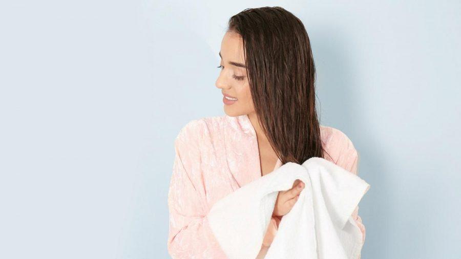 Haare an der Luft trocknen lassen: Im Sommer sollten wir auf das Fönen verzichten. (kms/ncz/spot)