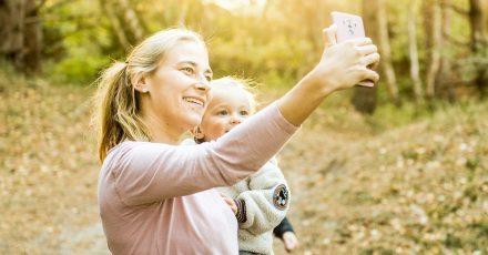 Viele Eltern teilen glückliche und unbeschwerte Momente mit ihren Kindern im Chat oder posten die Fotos online. Viele dieser Bilder sollten aber besser nicht ins Netz gestellt werden.