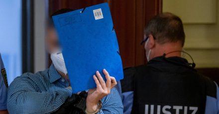 Die Staatsanwaltschaft wirft einem 34-Jährigen  vor, im November 2020 einem 52-Jährigen ein Messer in die Schläfe gerammt zu haben.