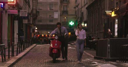 Arnaud Valois als Raphaël und Suzanne Lindon als Suzanne in Paris.