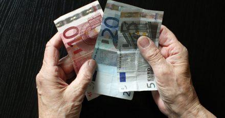Wer von Pfändung betroffen ist, hat bald etwas mehr Geld zur Verfügung: Zum 1. Juli 2021 werden die geltenden Pfändungsfreigrenzen angehoben.