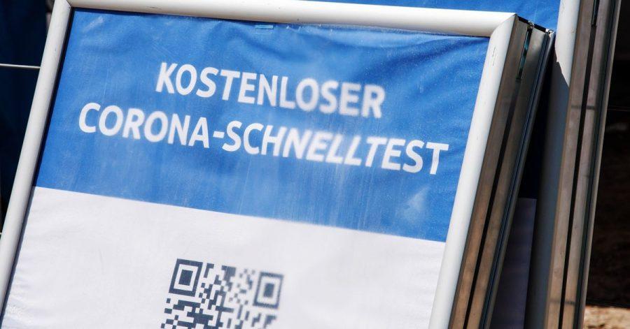 """Ein Schild mit der Aufschrift """"Kostenloser Corona-Schnelltest"""" steht vor einem Testzentrum. Die Sieben-Tage-Inzidenz in Deutschland ist laut Robert Koch-Institut (RKI) den zweiten Tag in Folge gestiegen."""
