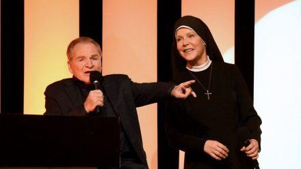"""Wolfgang Wöller (Fritz Wepper) und Schwester Hanna Jacobi (Janina Hartwig) in """"Um Himmels Willen""""  (aha/spot)"""