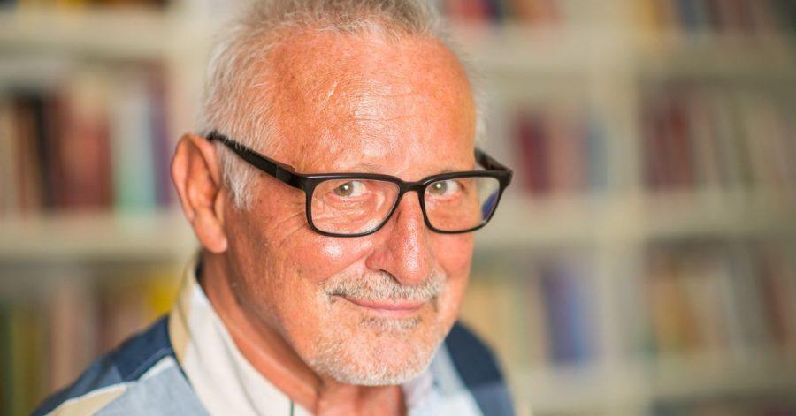 Der Sänger Konstantin Wecker aufgenommen während eines Fototermins für die Deutsche Presse-Agentur in seiner Wohnung.