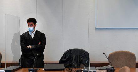 Rechtsanwalt Goetze wartet bei Prozessbeginn auf den Angeklagten.