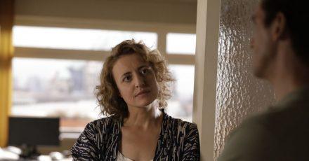 Alma (Maren Eggert)sieht dem Roboter Tom (Dan Stevens)in die Augen.