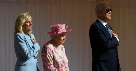 Die britische Königin Elizabeth II. zwischen Joe und Jill Biden in Schloss Windsor.