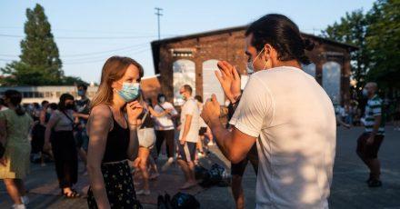 Junge Leute tanzen im Hof des Musikzentrums.  Die Sieben-Tage-Inzidenz fällt laut RKI mit 9,3 erstmals seit dem 13. September 2020 wieder in den einstelligen Bereich.