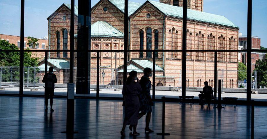 Blick aus der Neuen Nationalgalerie auf die Matthäus-Kirche