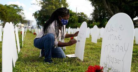 Joanna Moore schreibt einen Text auf einen Grabstein, der an ihren Cousin Wilton «Bud» Mitchell erinnern soll, der am Coronavirus gestorben ist.
