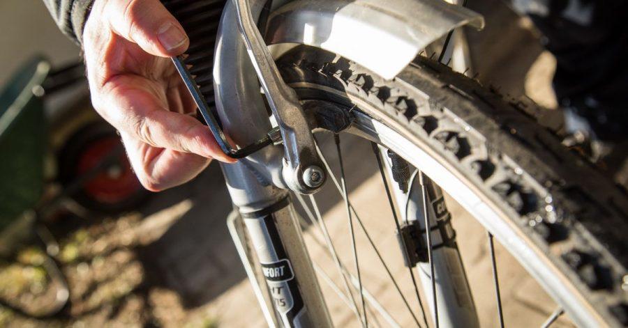 Vor der Radtour lohnt ein genauer Blick auf die Bremsen. Bei Felgenbremsen zeigen Kerben in den Bremsklötzen, ob noch Reserven vorhanden sind. Manchmal muss auch nachjustiert werden.