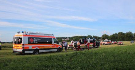 Rettungswagen nahe der Einsatzstelle am Ufer des Flusses Regen.