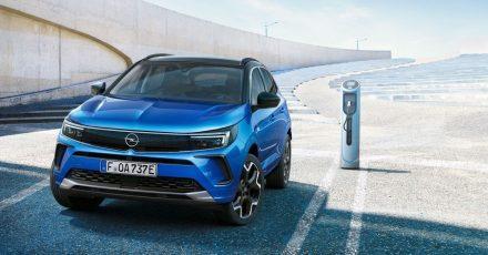 Opel spendiert dem Grandland das neue Familiengesicht. Das SUV ist weiterhin auch als Plug-in-Hybrid zum Aufladen an der Ladesäule zu bekommen.