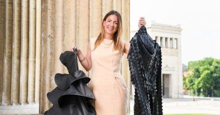 Die Münchner Modedesignerin Sabine Feuerer zeigt Mode ihrer eigenen Kollektion.