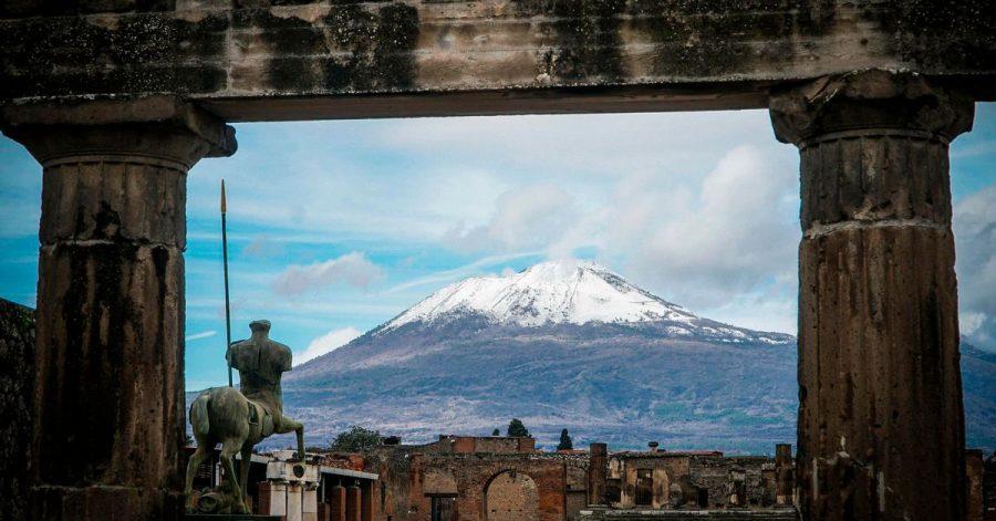 Der schneebedeckte Gipfel des Vulkans wird von antiken Ruinen eingerahmt: Der Nationalpark am Vesuv hat ein neues Museum bekommen.