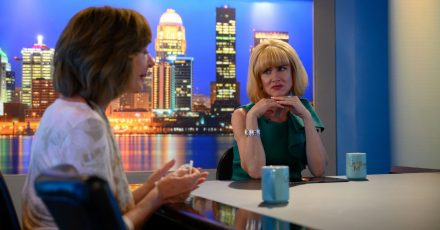 Allison Janney (l) als Sue und Juliette Lewis als Gloria Michaels in einer Szene des Films «Breaking News In Yuba County».