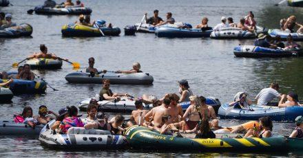 Auf dem Landwehrkanal wird zahlreichen Schlauchbooten die Teilnahme an einer Demonstration mit Booten aus Protest gegen das Tanzverbot im Freien verwehrt.