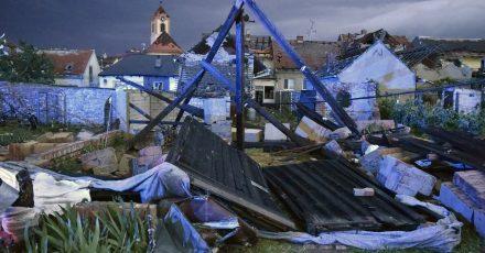 Ein mutmaßlicher Tornado hat eine Spur der Verwüstung hinterlassen.