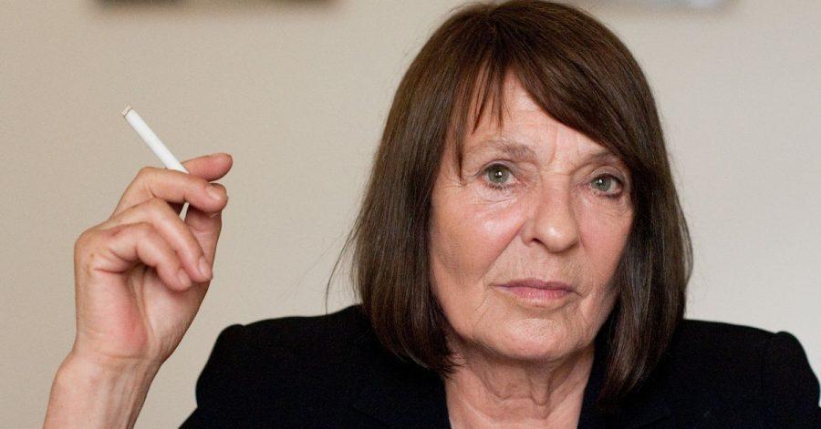 Die Schriftstellerin Monika Maron raucht während eines Interviews.