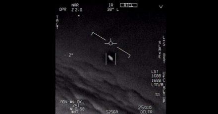 Das Standbild eines vom US-Verteidigungsministerium veröffentlichten Videos zeigt ein Unidentifiziertes Flugobjekt, das von Piloten der US-Marine gesichtet wurde.