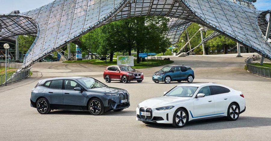Elektrische Familienbande: Die zwei ganz neuen BMW iX (li.) und i4 posieren vorn gemeinsam mit dem iX3 und BMWs E-Pionier i3 (hinten re.), der seit 2013 im Programm ist.