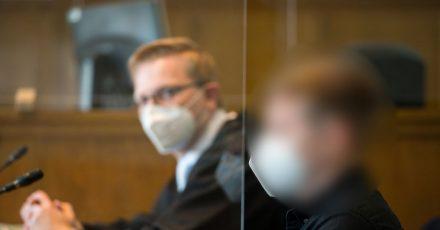 Der Angeklagte und sein Anwalt (l) sitzen im Gerichtssaal des Landgerichts Saarbrücken.