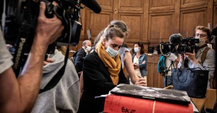 Die Angeklagte Valerie Bacot (M) kommt flankiert von ihrer Familie und umgeben von Journalisten im Gerichtsgebäude an.