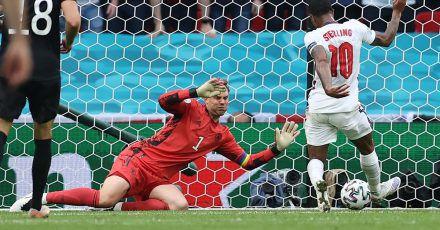 Raheem Sterling (r) brachte England in der zweiten Halbzeit in Führung.