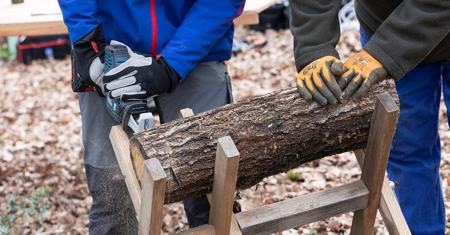 Mit den Profigeräten - hier etwa von Bosch - waren im Test auch dickere Baumstämme problemlos teilbar.
