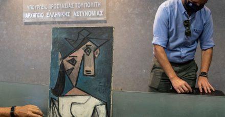 Die griechische Polizei präsentiert das wiedergefundene Gemälde «Frauenkopf» von Pablo Picasso.