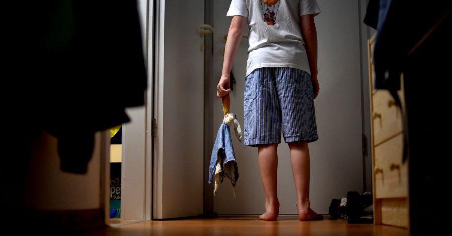Vor allem Kinder schlafwandeln. Eltern sollten in dem Fall entsprechende Schutzvorkehrungen treffen.